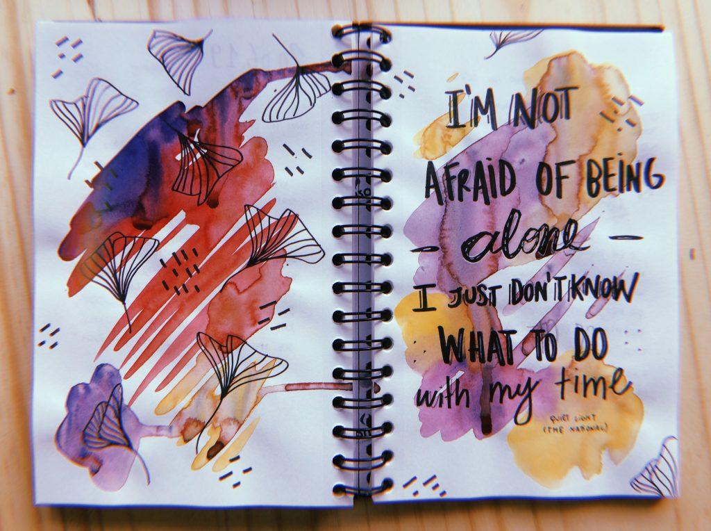 Foto do sketchbook com desenhos em aquarela.